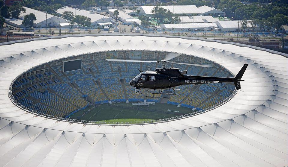 H125 da Polícia Civil sobrevoa o Estádio Jornalista Mário Filho, o famoso Maracanã. Foto: Anthony Pecchi