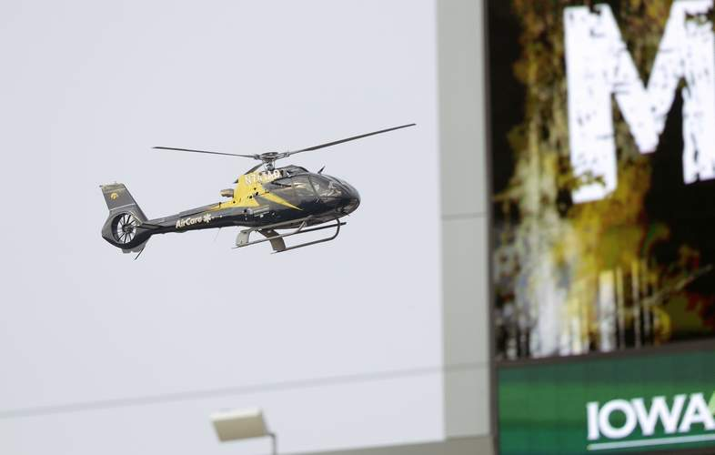 Um helicóptero Air Care voa perto do Kinnick Stadium quando ele chega para uma aterrissagem na Universidade de Iowa Hospitals & Clinics em Iowa City, Iowa, no sábado, 16 de setembro de 2017. (Jim Slosiarek / The Gazette)