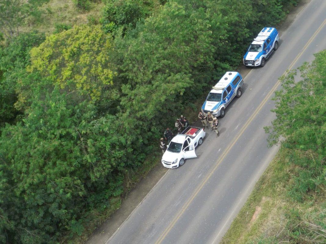 Helicóptero da PM da Bahia intercepta na região de São Sebastião do Passé carga roubada em Sergipe