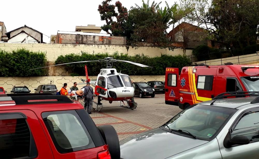 Idoso é socorrido por bombeiros e levado a helicóptero da PM (Foto: Raquel Benini/Arquivo pessoal)