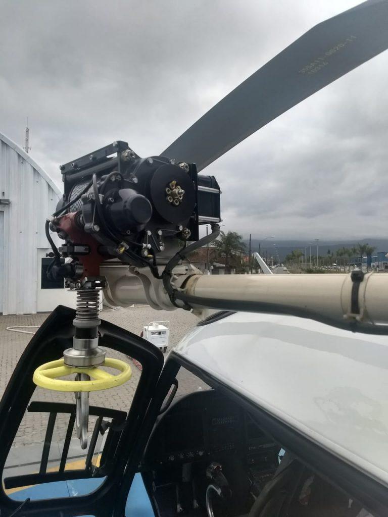 Com emprego de guincho elétrico, helicóptero da PM realiza salvamento de duas vítimas em Cubatão, SP