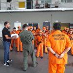 Crianças do projeto Bombeirinho Operacional visitam o hangar do DIOA, em Manaus