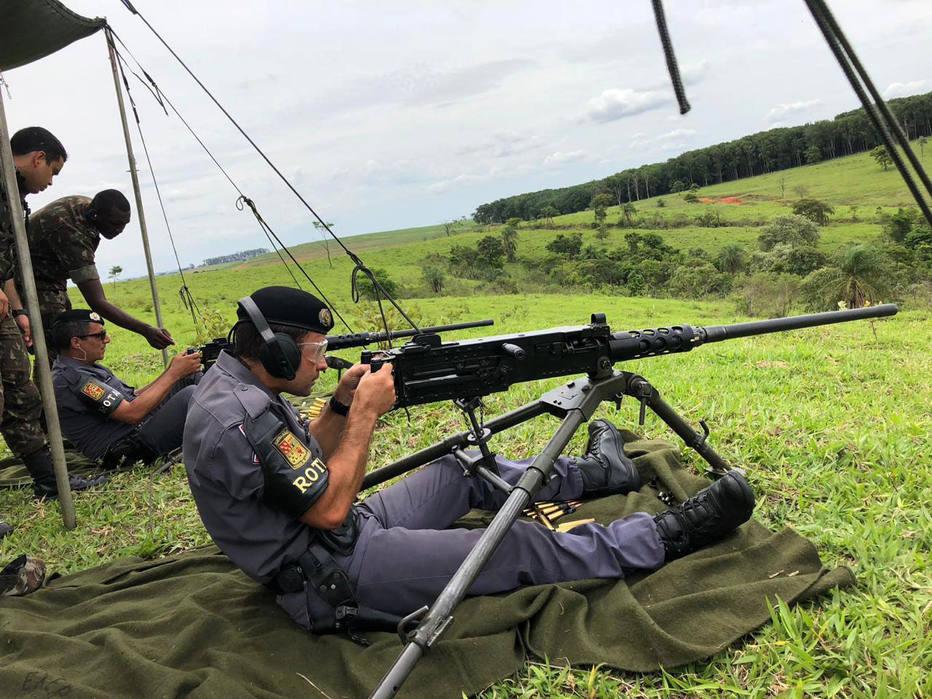 LINS/SP ROTA1 - NACIONAL - CHOQUE E ROTA EMBARGADO / EXCLUSIVO - 01-11-2018 Policiais militares da ROTA e CHOQUE, fizeram treinamento em Lins Na quinta-feira (1), policiais militares da ROTA e CHOQUE estiveram na cidade de Lins para receber treinamento do Exército. Segundo informações, o 37º BIL de Lins forneceu treinamento para os policiais militares manusear a metralhadora .50, que é de uso restrito das Forças Armadas. A metralhadora pode até derrubar aeronaves. FOTO J.SERAFIM SHOW-1/11/2018