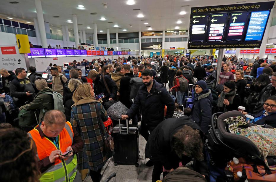 Os aviões não puderam decolar e vários voos com pousos programados foram encaminhados a outros aeroportos Foto: Peter Nicholls / Reuters