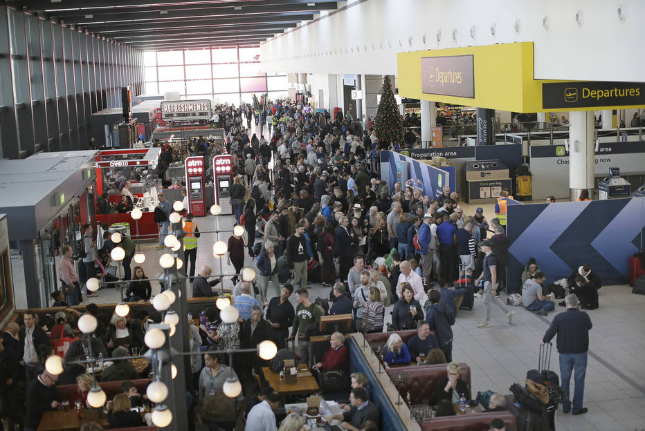 Os planos de ao menos 20 mil passageiros já foram afetados e outros milhares ainda devem prejudicados até sexta-feira Foto: Tim Ireland / AP