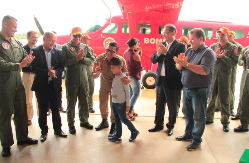 Daiane Mendonça Grupamento de Operações Aéreas de RO ganha avião de R$ 12 milhões do BNDES O monitoramento de desmatamentos e incêndios florestais, com vistas à redução dos números de focos de queimadas, assim como o serviço de resgate e remoção de pacientes pelo Grupamento de Operações Aéreas (GOA) do Corpo de Bombeiros Militar de Rondônia ganharam reforço nesta quinta-feira (27) com a entrega oficial da aeronave doada pelo Banco Nacional de Desenvolvimento Econômico e Social (BNDES), Gran Caravan EX, de fabricação americana. A entrega ao comandante do Corpo de Bombeiros, coronel Demargli da Costa Farias, foi feita pelo governador Daniel Pereira, em solenidade na 2ª Base Aérea de Combate a Incêndios Florestais da Amazônia Legal, localizada em uma área rural de Porto Velho. Participaram também os deputados Coronel Chrisóstomo (federal) e Dr Neidson (estadual), que destacaram a importância desta aquisição para o estado com vistas a tornar mais ágil e eficiente a assistência à população pela corporação. A pedido do governador Daniel, o garoto Caíque Gomes, entregou a chave ao coronel Farias