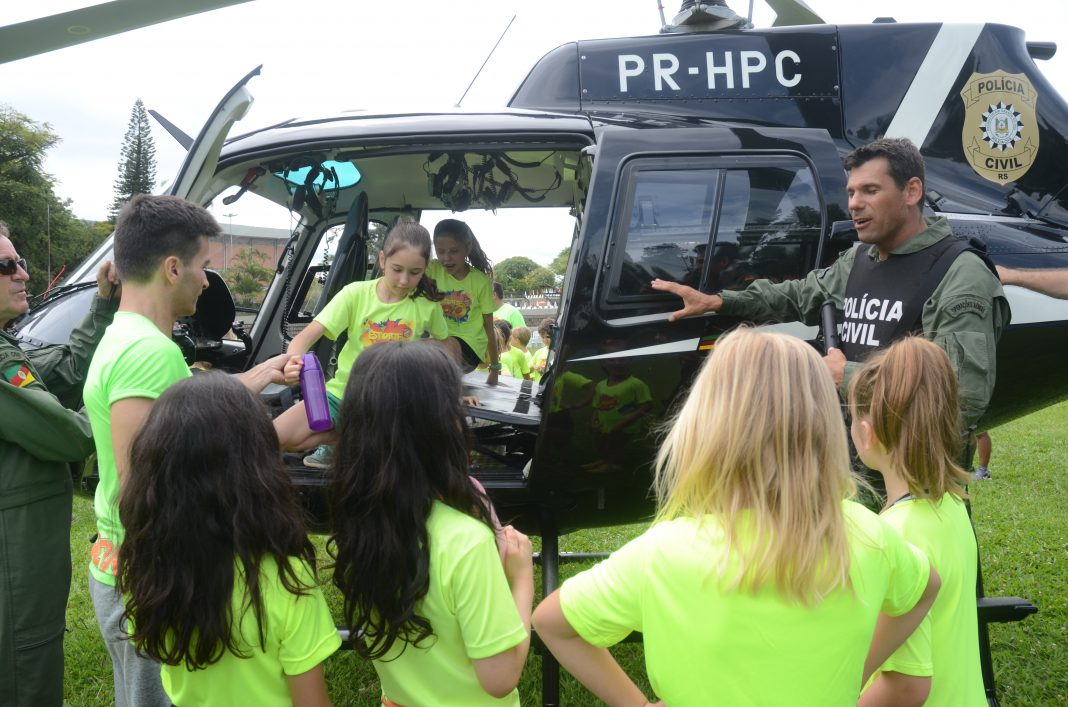 alunos-visitaram-o-helicoptero-pousado-no-gramado5c374719