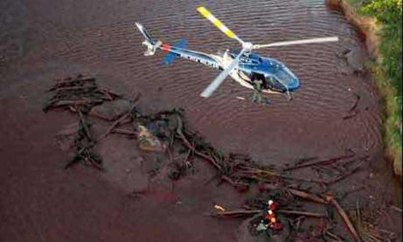 Aeronave atua resgatando corpo encontrado em meio à lama, após árduo trabalho de equipes de terra: atuação afinada entre militares (foto: Túlio Santos/EM/D.A Press)