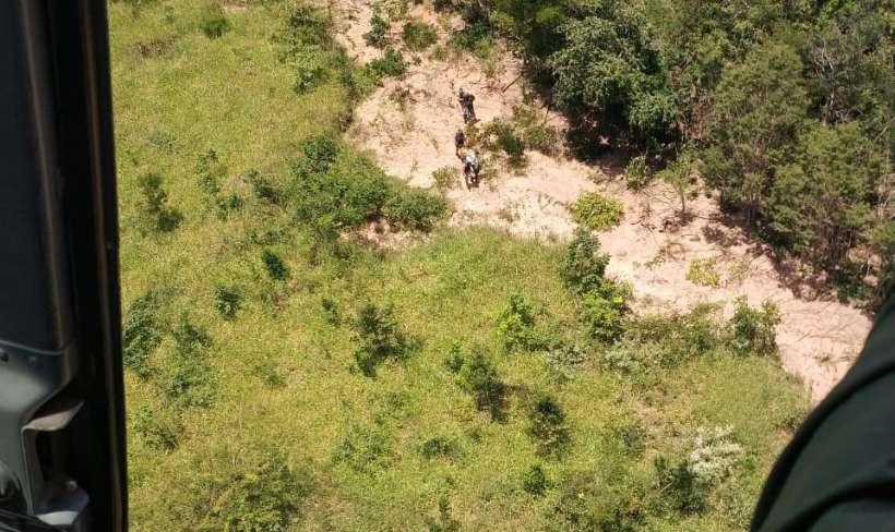 Helicóptero consegue localizar fugitivos em estrada rural de Novo Cruzeiro (foto: PMMG/Divulgação)