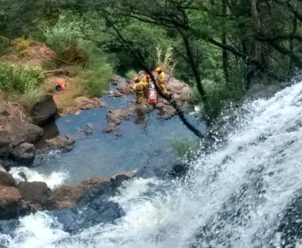 Homem é resgatado por helicóptero em cachoeira da Pavuna, em Botucatu — Foto: Arquivo pessoal