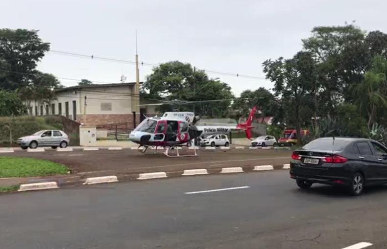 A vítima caiu do telhado e foi socorrida pelo helicóptero Águia da PM (Foto: Marcos Gregio)