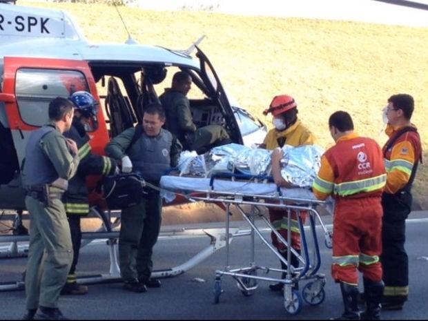 Helicóptero Águia é usado para socorrer vítimas de acidente grave em Mairinque
