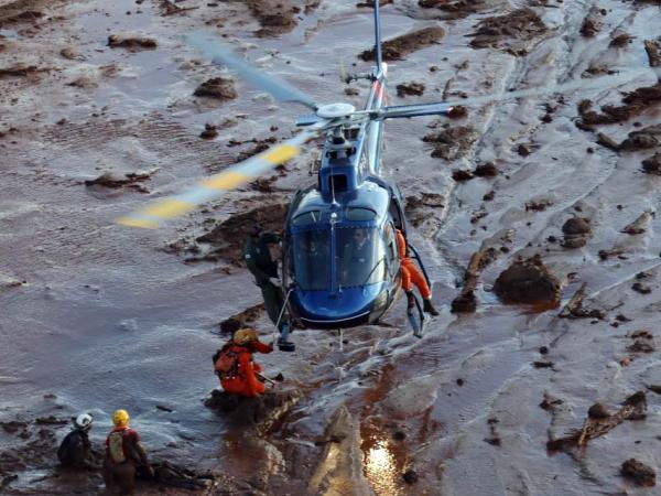Resgate de helicóptero na lama de Brumadinho (Foto: Divulgação / Polícia Militar de Minas Gerais)