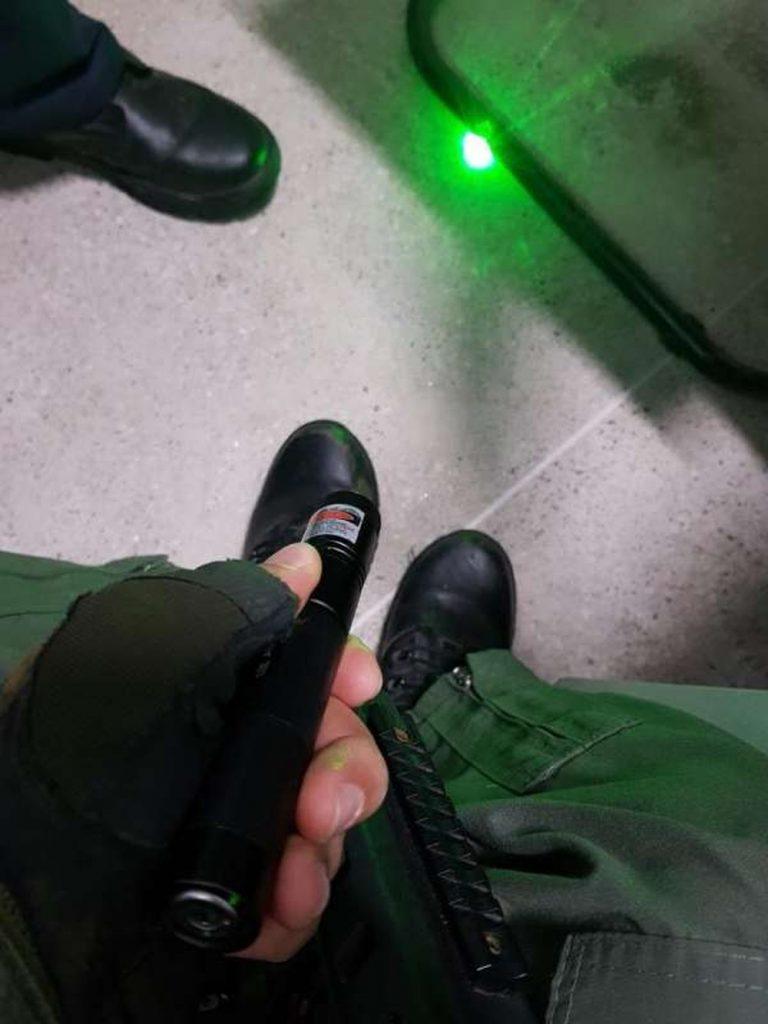 Homem é preso após apontar feixe de raio laser contra um helicóptero da Polícia Militar do Ceará. — Foto: Divulgação/SSPDS