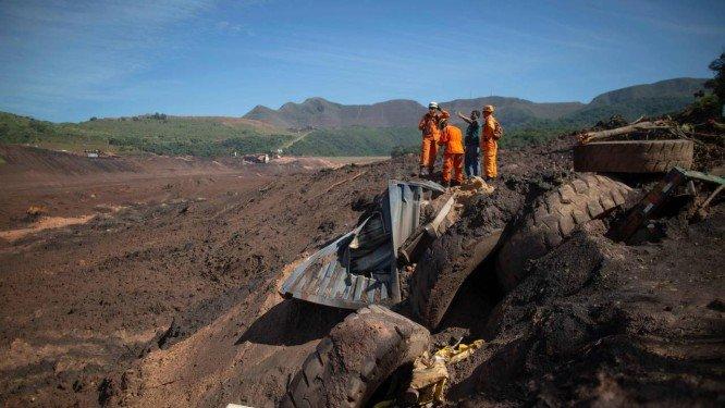 Bombeiros de Minas Gerais buscam vítimas de rompimento de barragem em Brumadinho Foto: MAURO PIMENTEL / AFP