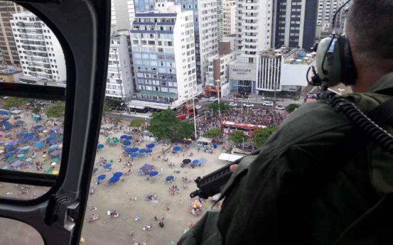 Helicóptero sobrevoa Balneário Camboriú (Foto: Divulgação PMSC)