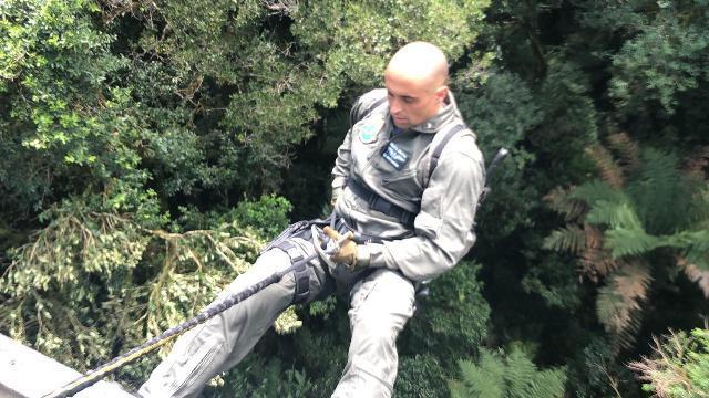 Policiais fizeram rapel na mata(Foto: Divulgação PM)