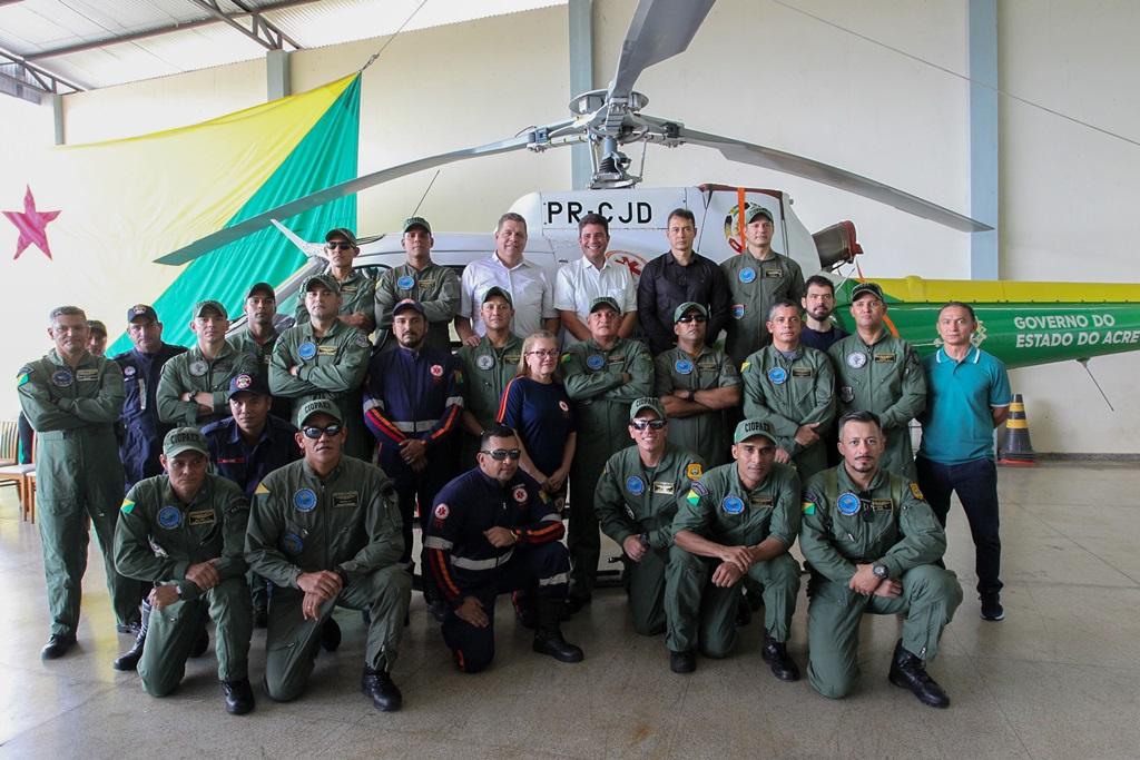 Profissionais do Samu e do Centro de Operações Aéreas posam para a foto com o governador Gladson Cameli; ações aéreas de resgate e de combate a ilícitos ambientais estão asseguradas (Foto: Odair Leal/Secom)