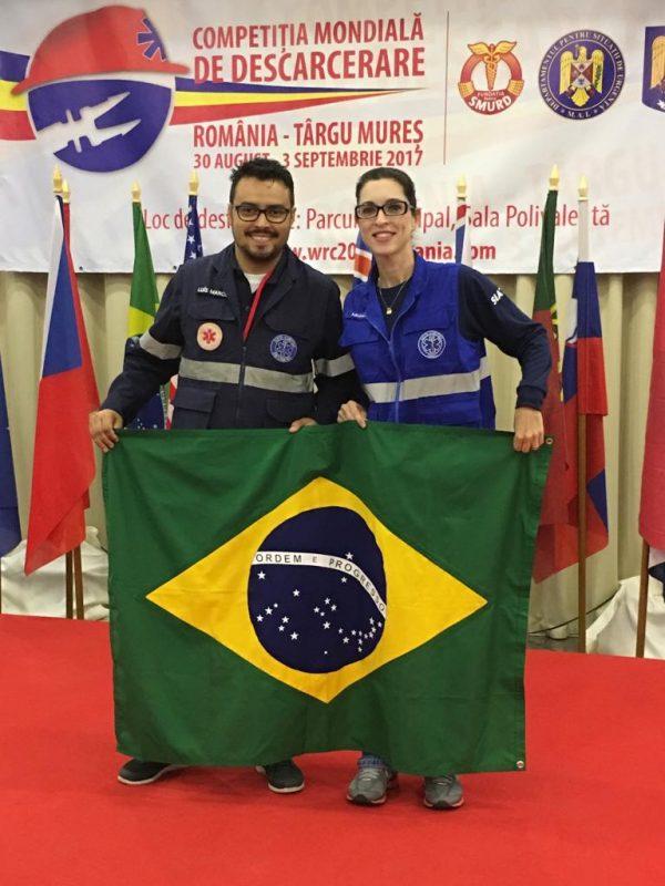 """""""O enfermeiro Luis Gaudêncio é a dupla de Michele em todas as competições. A foto foi tirado quando representaram o Brasil na Romênia. Foto: acervo pessoal."""""""