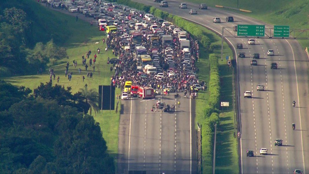 Acidente interdita Rodovia dos Imigrantes na manhã desta sexta-feira (29) em São Paulo — Foto: Reprodução/TV Globo