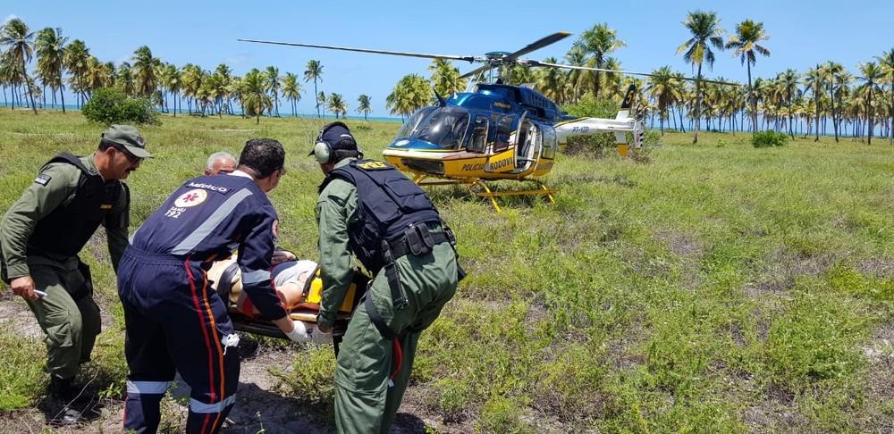 Carioca é resgatada após cair de paramotor em Porto de Galinhas, no Litoral Sul de Pernambuco — Foto: Polícia Rodoviária Federal/Divulgação