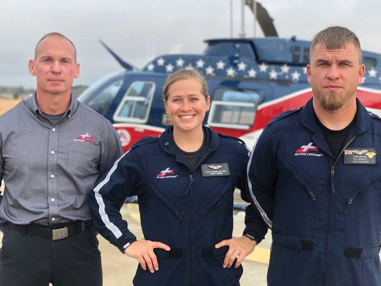Coupel, centro e Abshire, à direita, posam com o diretor do programa, Corey Miller. Foto de Air Evac