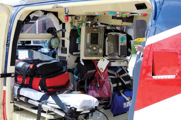 Essa é a foto do interior da cabine com uma configuração aeromédica típica da Air Evac, e que mostra a barra de metal que Abshire teve que superar para chegar ao piloto. Foto de Air Evac.