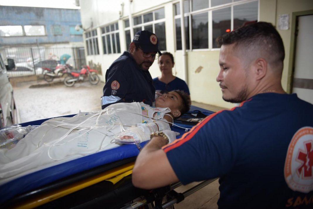 Após pouso, o paciente foi encaminhado ao Hospital de Urgência e Emergência de Rio Branco (Foto: Diego Gurgel/Secom)