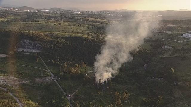Bombeiros combatem incêndio na mata onde helicóptero caiu — Foto: Reprodução/Globocop