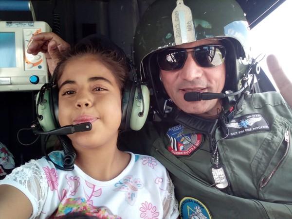 Maria Fernanda com piloto do Águia — Foto: Arquivo Pessoal
