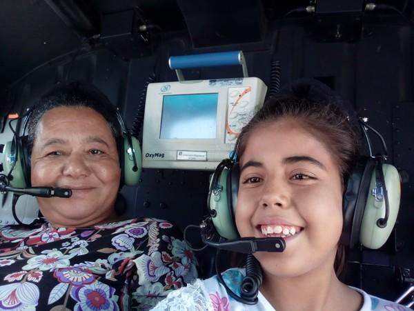 Maria Fernanda com a avó Maria Aparecida no helicóptero — Foto: Arquivo Pessoal
