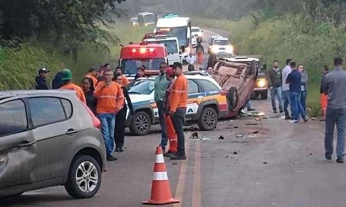 Batida violenta deixou três feridos e gerou interdição no tráfego na MG-040 (foto: Reprodução da Internet/WhatsApp)