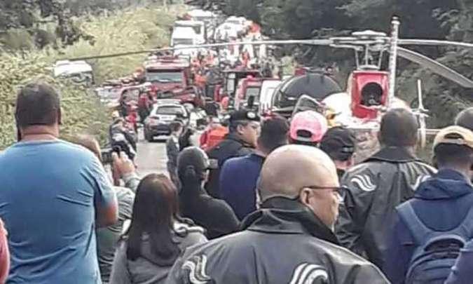Helicóptero pousou na pista para socorrer uma das vítimas com ferimentos (foto: Reprodução da Internet/WhatsApp)