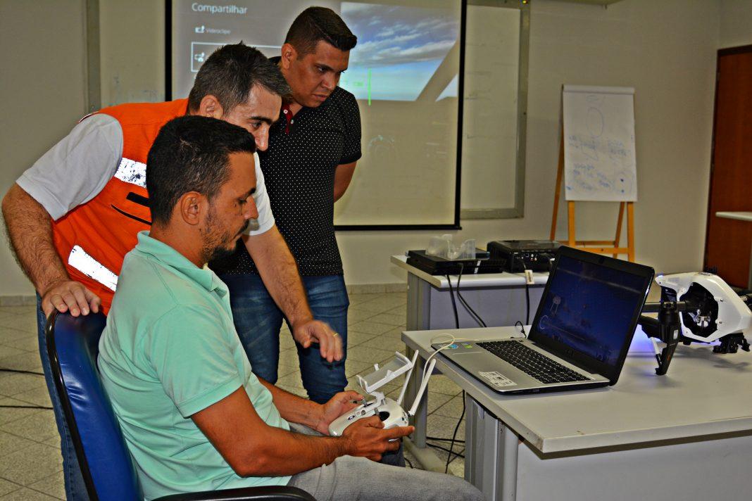 Simulador de voo de drone foi utilizado nas aulas teóricas para auxiliar no treinamento dos alunos. (Foto: Lorrana Carvalho/Sefaz-MT)