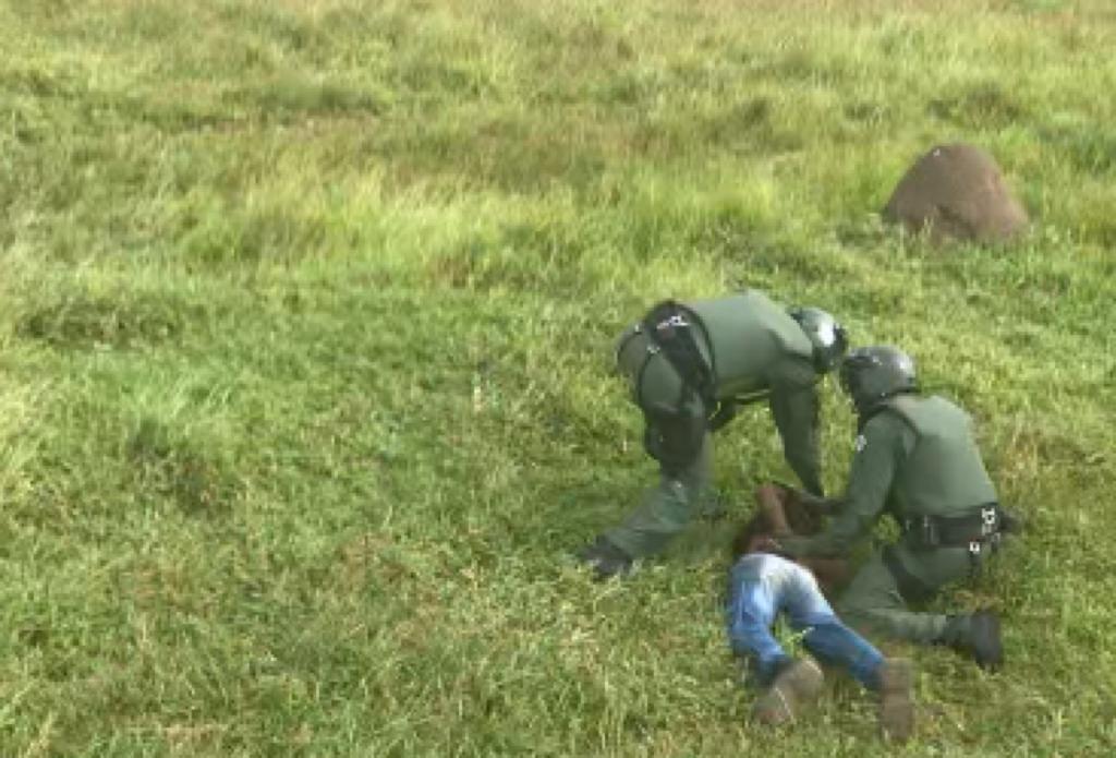Infrator sendo detido após perseguição policial nesta terça-feira (14) Divulgação/Polícia Militar