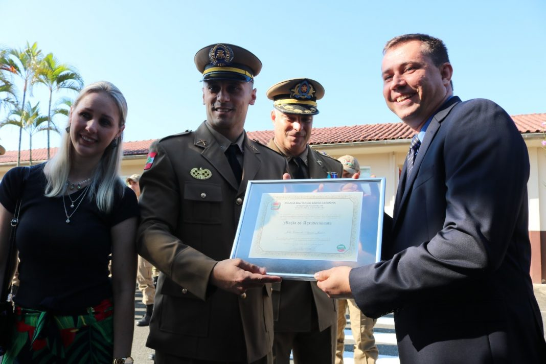 Mayara, a esposa (E), Kunze, tenente-coronel Márcio Leandro Reisdorfer e Júlio durante a homenagem | Foto: Gabriel Vieira/Divulgação