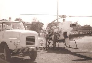 Águia 01 da PM sendo reabastecido. Primórdios da Aviação Paulista. Foto: Acervo GRPAe.