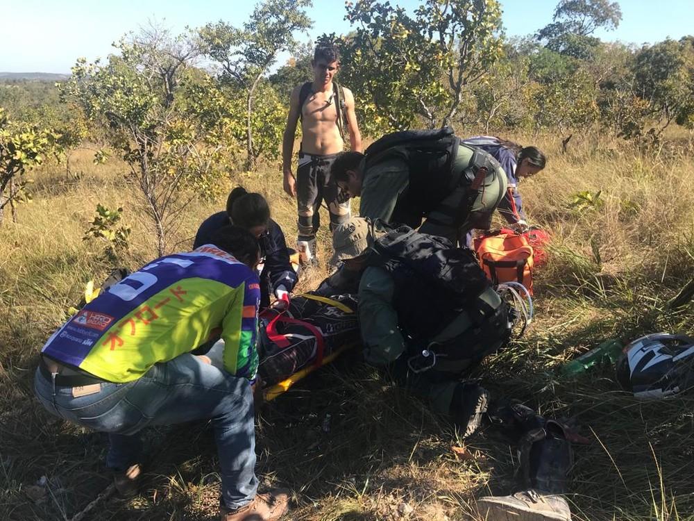 Acidente com piloto ocorreu em área de morros, em Cuiabá — Foto: Ciopaer/Divulgação