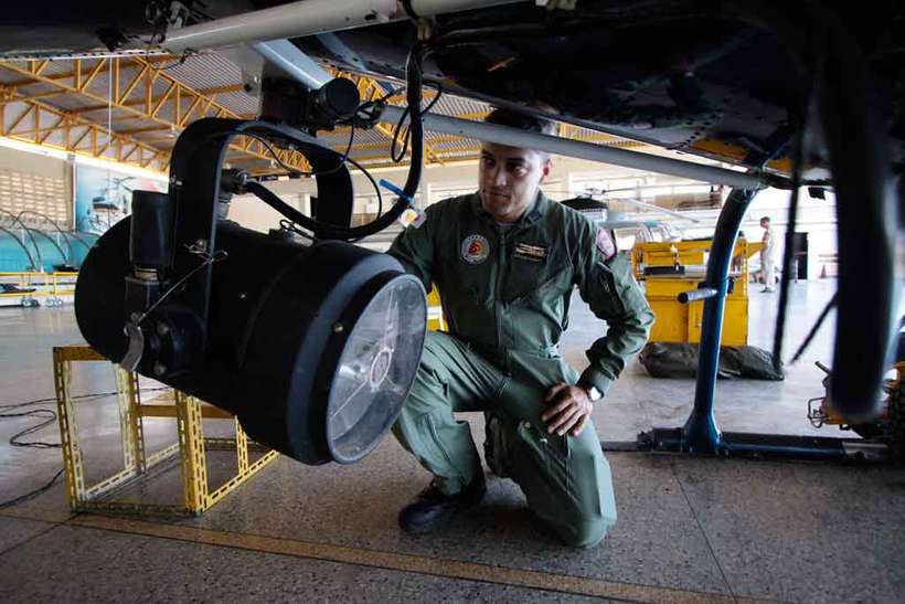 O capitão Thiago Vitório verifica equipamento de aeronave do Comave. Ele conta que a posição de toda a frota pode ser monitorada por sistema inovador criado em Minas (foto: Edésio Ferreira/EM/D.A Press)