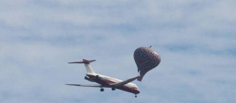 Balão é registrado próximo de um avião no Aeroporto Internacional de Cumbica, em Guarulhos Dario Oliveira/Estadão Conteúdo