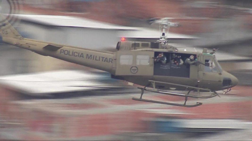 Policiais armados em helicóptero blindado da Polícia Militar em operação na Maré — Foto: Francisco de Assis/ TV Globo