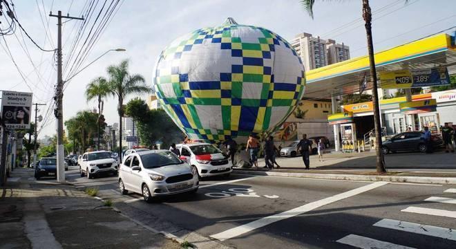 Grupo tenta resgar balão que caiu próximo a posto de gasolina em SP Roberto Sungi/Futura Press/Estadão Conteúdo