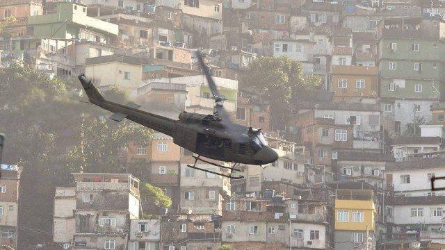 Helicóptero da Polícia sobrevoa a Favela da Rocinha durante operação Foto: Marcia Folleto / Agência O Globo