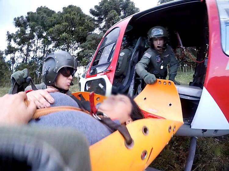 Vítima sendo embarcada no helicóptero. (Foto: Divulgação)