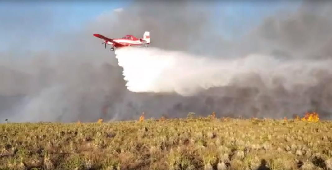 Bombeiros utilizam aviões para apagar fogo. — Foto: Corpo de Bombeiros