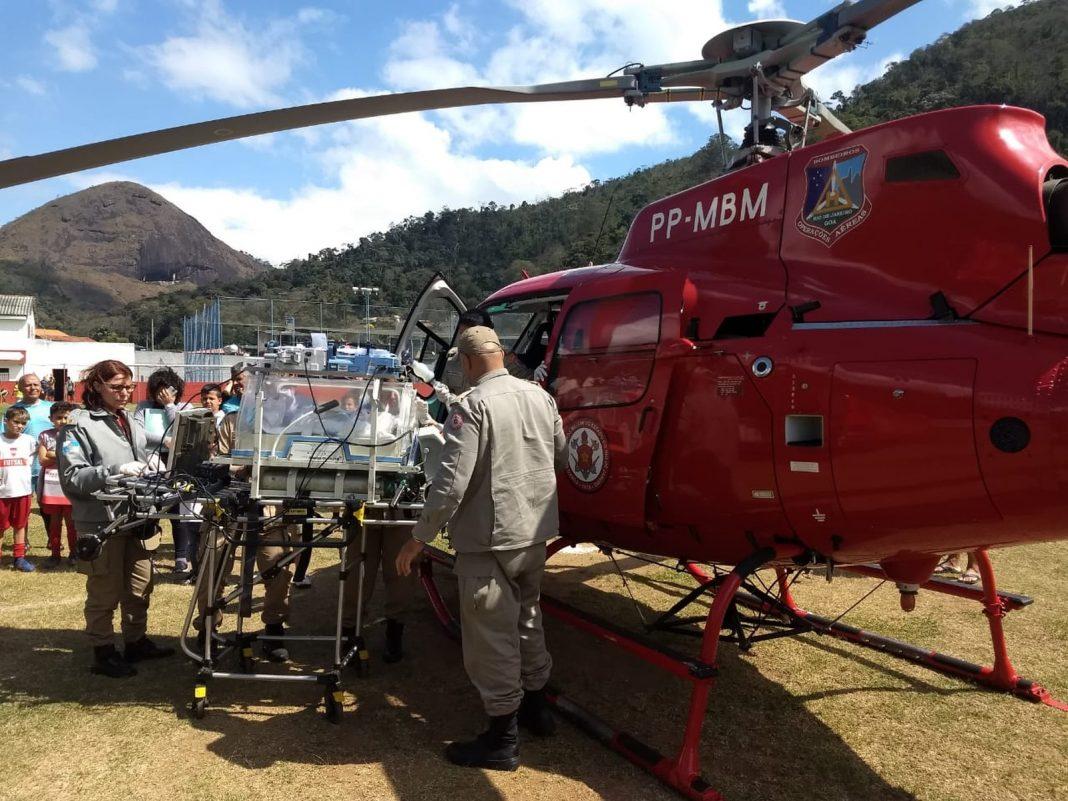 Recém-nascido com problema cardíaco é socorrido por helicóptero que pousou no meio de jogo de futebol — Foto: Michel Bastos/Corpo de Bombeiros