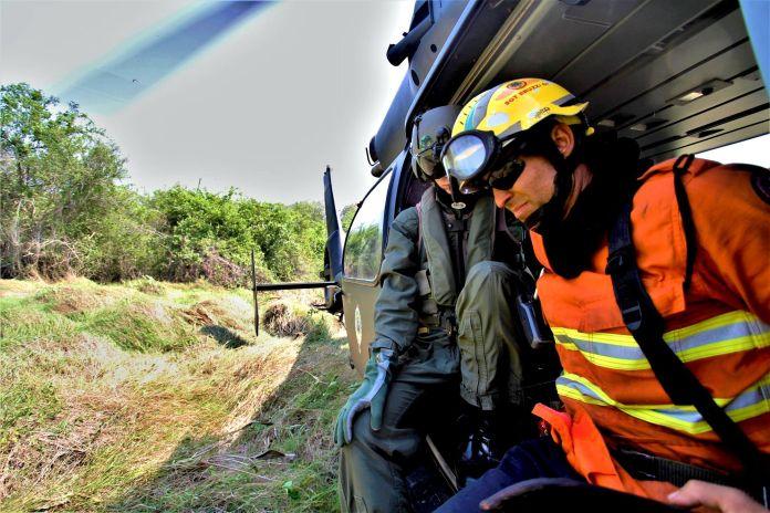 Bombeiros chegam pelo ar ao ponto de combate ao fogo, região de difícil acesso na RPPN da fazenda Caiman:Foto-Saul-Schramm