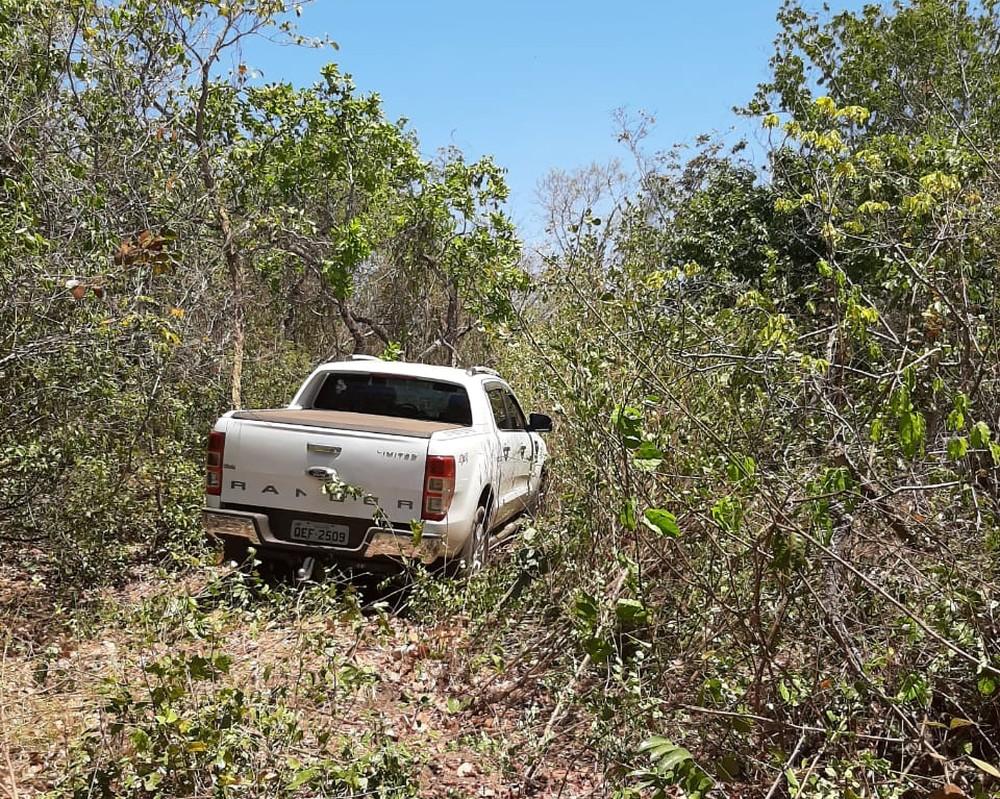 Veículo furado foi localizado por helicóptero em matagal — Foto: Divulgação/SSP
