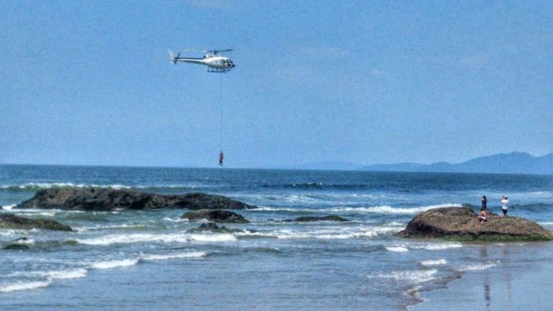 Casal foi içado após se afogar em praia de Navegantes – Foto: Bombeiros Voluntários de Navegantes