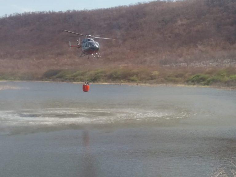 Aeronave retira água de açude. Fotos de divulgação dos bombeiros militares de Iguatu